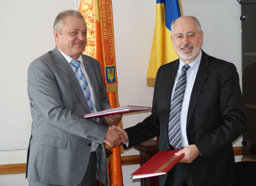 Jacques Repussard, Director General of IRSN (right), and Sergyi Bozhko, Chairman of State Nuclear Regulatory Inspectorate of Ukraine - SNRIU (left) in Kiev (Ukraine) on April 29, 2015. © IRSN