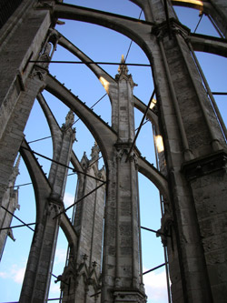 Steel tie-rods between the flying buttresses of Beauvais cathedral. © P. Dillmann - CNRS