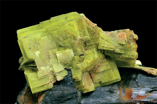 Sa couleur jaune rend facilement  identifiable l'autunite, qui renferme  naturellement de l'uranium.